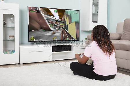 ein afrikanisches maedchen spielt videospiele