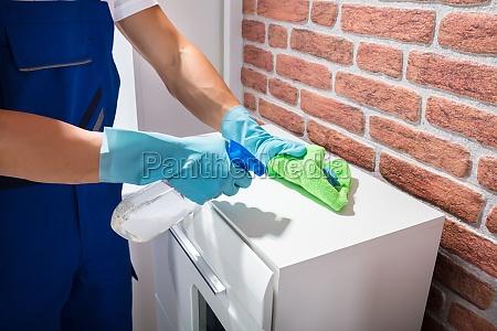 maennlich janitor reinigung die moebel mit