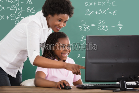 lehrerin lehrt ihre schuelerin in der