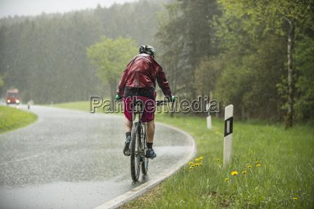 mann faehrt auf dem fahrrad im