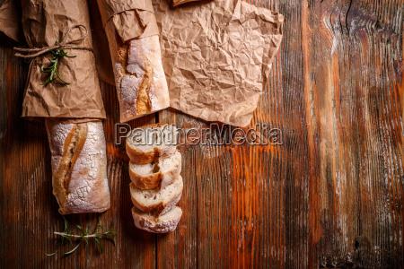 frisch gebackene franzoesische baguettes
