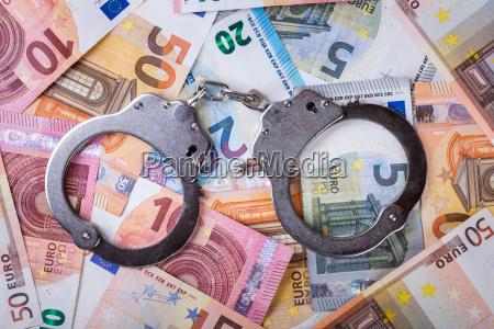 schmutziges geld und korruptionskonzept handschellen