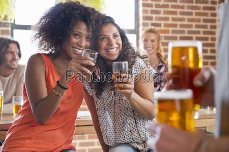 flirtvolle weibliche kunden die den kellner