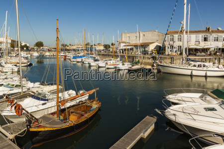 yachts moored at the quai de