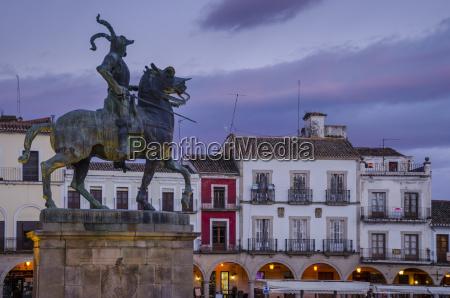 francisco pizarro statue in the plaza
