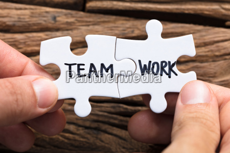 hands connecting team arbeit puzzle stuecke