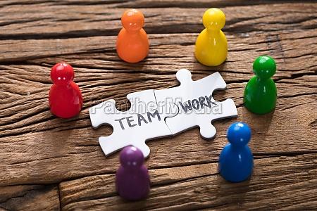 teamwork jigsaw pieces umgeben von bunten
