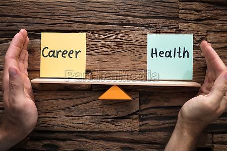 hands covering balance zwischen karriere und