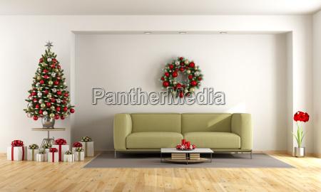 weisses wohnzimmer mit weihnachtsbaum