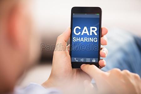 mann mit car sharing anwendung auf