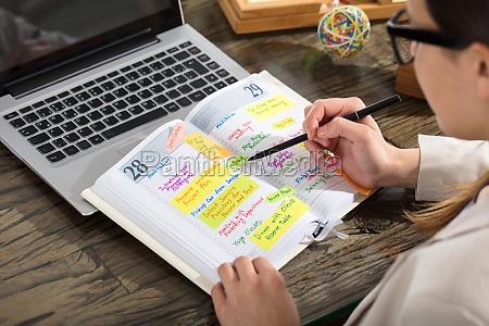unternehmer schreiben zeitplan im tagebuch