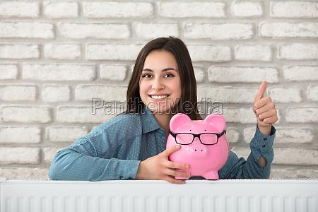frau haelt piggy bank