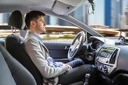 mann sitzt autonomes auto