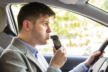 mann sitzt innerhalb des autos der