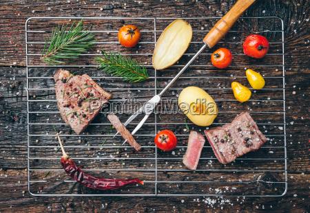 koestliches gegrilltes steak mit gewuerz auf