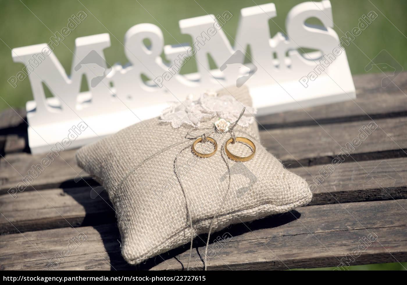 Lizenzfreies Bild 22727615 Hochzeit Ringe Kissen
