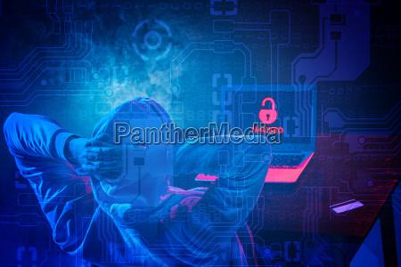 hooded computer hacker stehlen informationen mit