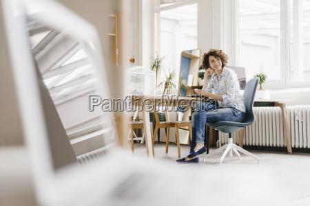 geschaeftsfrau im buero unter verwendung des