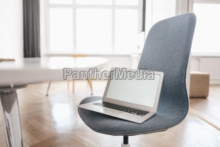 laptop auf stuhl