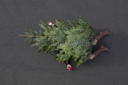 frau die unter weihnachtsbaum begraben liegt