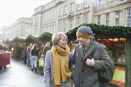 aelteres paar im weihnachtsmarkt