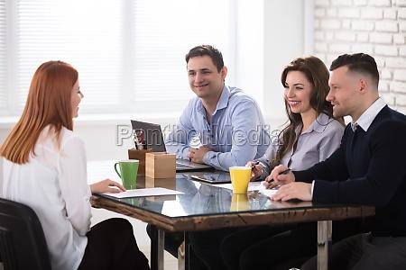 geschaeftsleute die job interview fuehren
