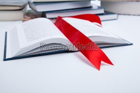 offenes buch mit rotem lesezeichen