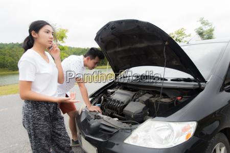 paar nach einem auto zusammenbruch an
