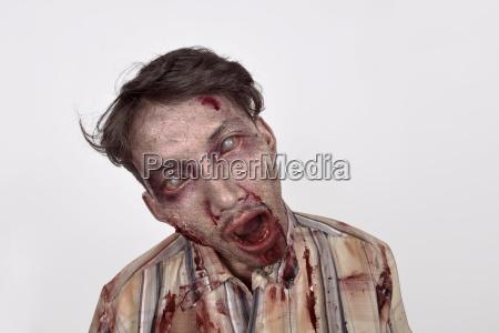 gruseliger asiatischer zombie mann mit verwundeten