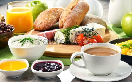 fruehstueck mit kaffee kaese muesli und