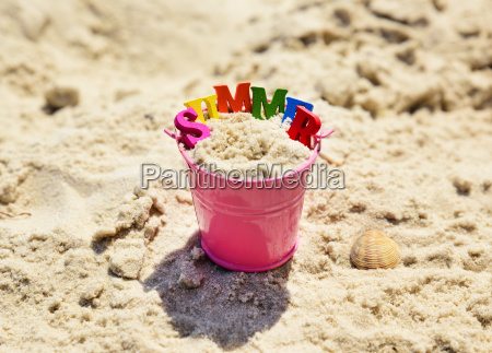 pink metal babyeimer mit sand