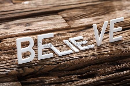 glaube oder luege worte auf holz