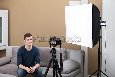 maennliche blogger aufnahme video mit kamera