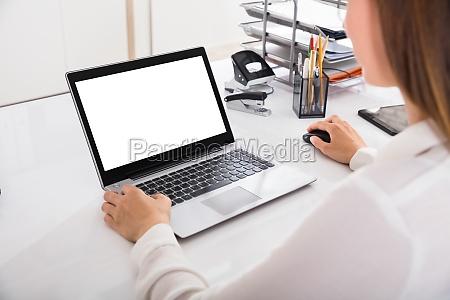 geschaeftsfrau arbeitet auf laptop