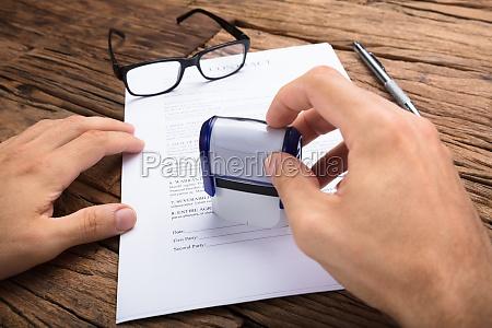 geschäftsmann, stempelt, vertrag, papier, bei, tisch - 22814330