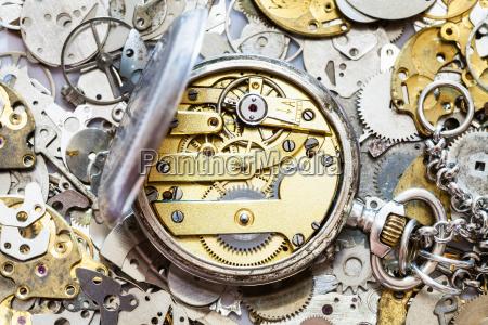 offene vintage taschenuhr auf haufen ersatzteile