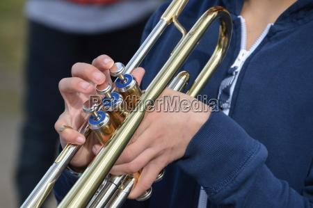 junge spielt trompete
