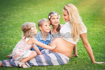 glueckliche grosse familie