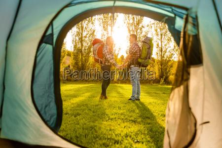 giovane campeggio delle coppie