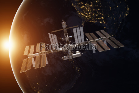 internationale raumstation ueber dem planeten erde