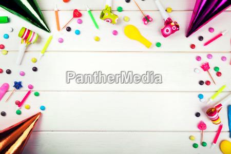 geburtstagsfeier artikel und dekorationen auf weissem
