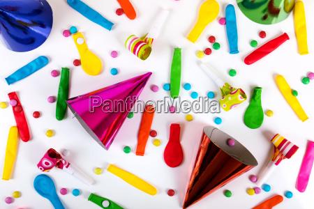partyzubehoer und dekorationen auf weissem hintergrund