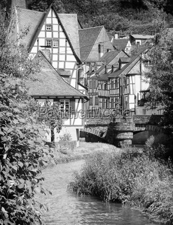 traditionelle fachwerkhaeuser in monreal eifel deutschland