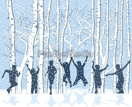kinder in verschneiter winterlandschaft sind vergnuegt