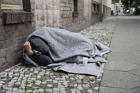 obdachloser schlaf auf strasse