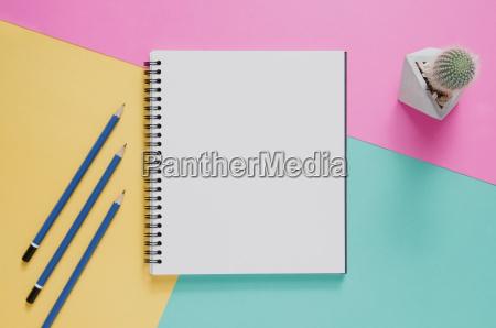 buero arbeitsplatz minimales konzept leeres notizbuch