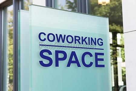 nahaufnahme des coworking space zeichens auf