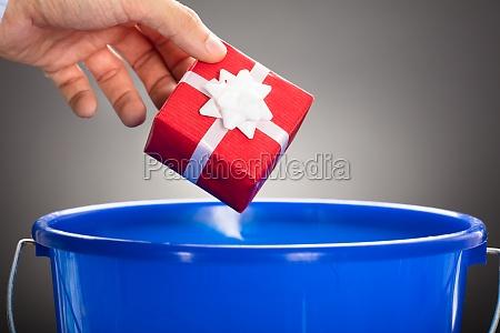 werfende geschenkbox des geschaeftsmannes im blauen