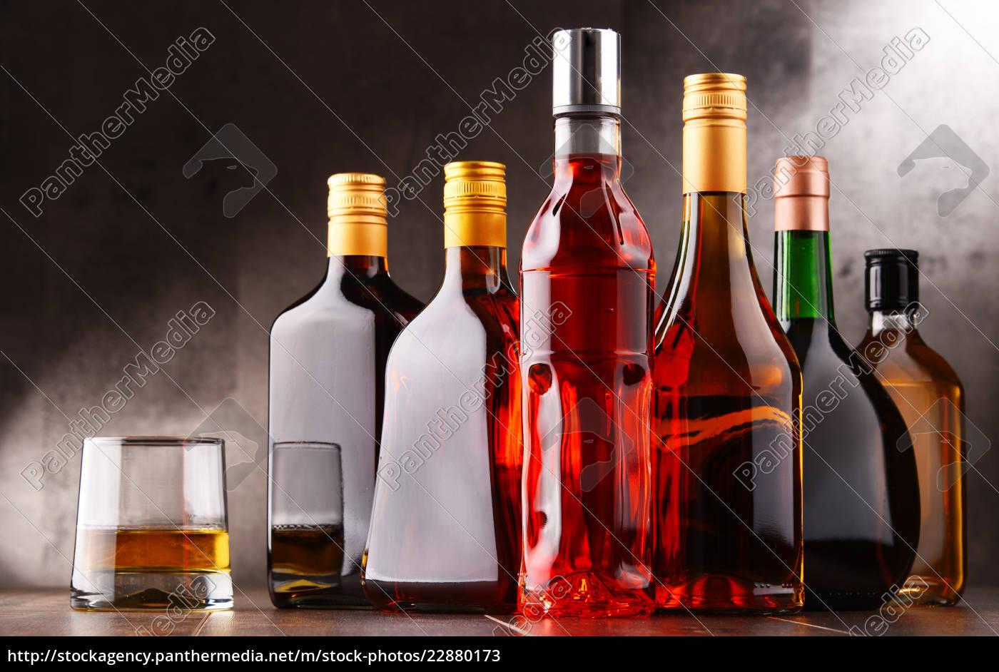 glas und flaschen sortierte alkoholische getränke. - Lizenzfreies ...