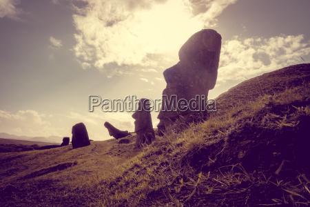 moais statuen auf rano raraku vulkan